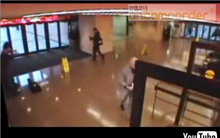 매우 유명한 음악가의 지하철역에서의 연주 반응
